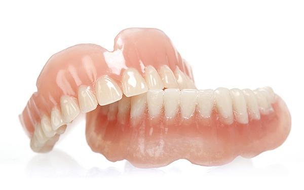 Protezy zębowe: stałe czy ruchome?